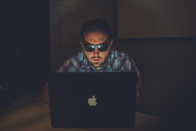 パソコンを操作する怪しい男